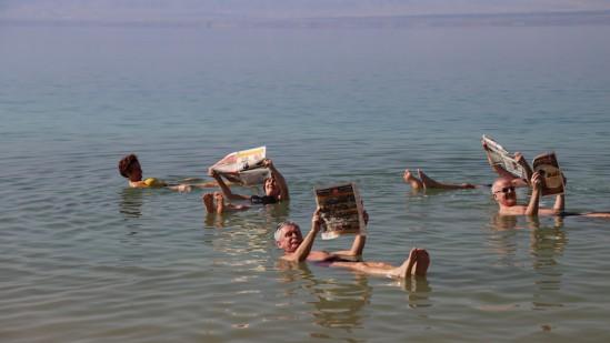 Do tego, by leżeć na wodzie i czytać gazetę nie potrzeba dmuchanego materaca